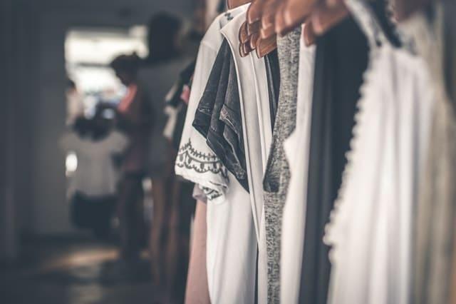 гардероб с дамски рокли и блузи