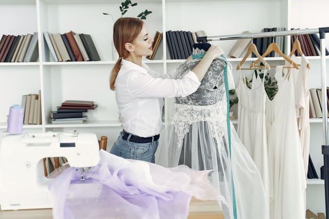 жена разглежда роклия